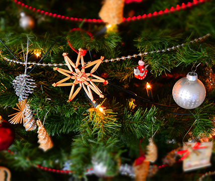celebracion-de-navida-cena-regalos-intercambio-arbol-espiritu-navideno